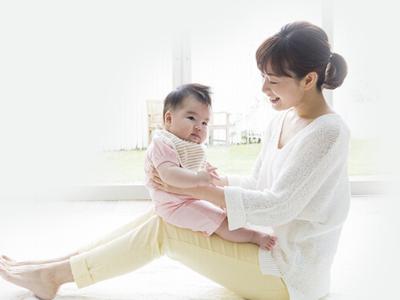 ベビーヨガをするお母さんと赤ちゃん