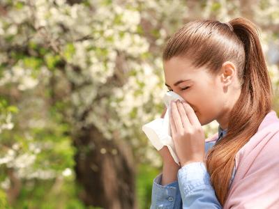 花粉症で苦しむ女性