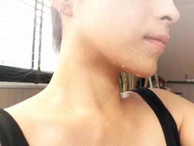 ホットヨガで汗をかく女性