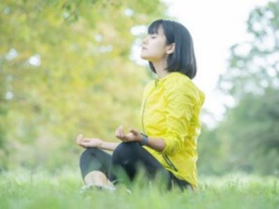 ハタヨガで瞑想をする女性